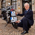 Ex-BMV Ramsauer bei der Vorstellung des neuen Kraftradkennzeichens